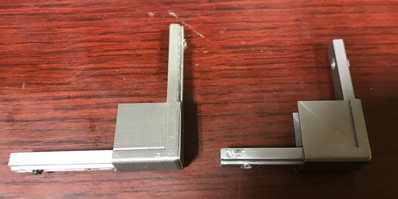 3Dプリンターで作ったパネルコーナー部品の試作品(左)